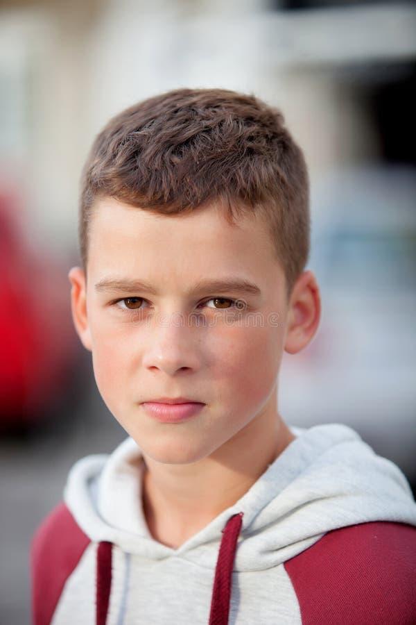 Όμορφος έφηβος που εξετάζει τη κάμερα στοκ εικόνα