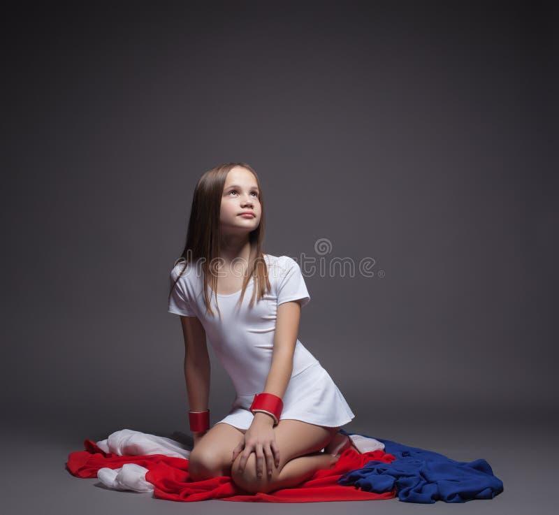 Όμορφος λίγη gymnast τοποθέτηση με το ζωηρόχρωμο ύφασμα στοκ φωτογραφία με δικαίωμα ελεύθερης χρήσης