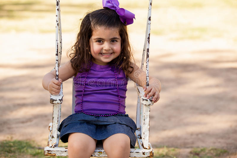 Όμορφος λίγο λατινικό κορίτσι σε μια ταλάντευση στοκ εικόνες