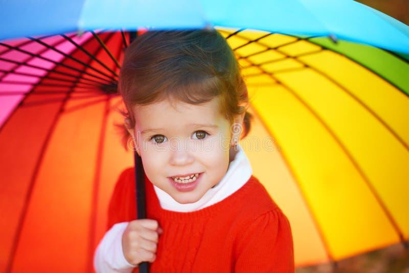 Όμορφος λίγο κορίτσι παιδιών με την πολύχρωμη ομπρέλα ι ουράνιων τόξων στοκ φωτογραφία