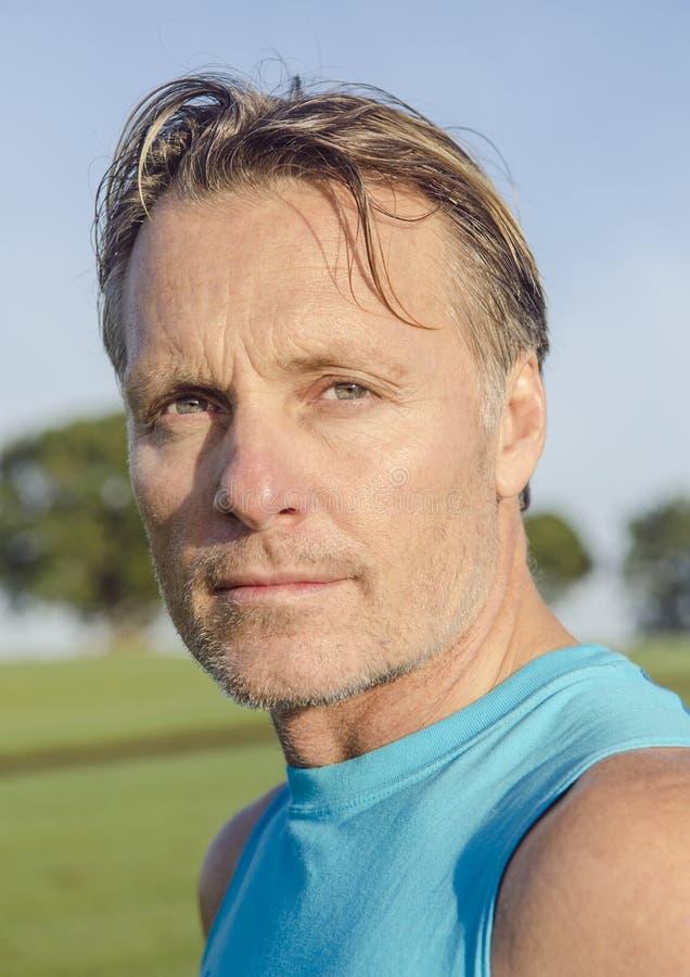 Όμορφος αθλητικός τύπος με τις καλαμιές στοκ εικόνα με δικαίωμα ελεύθερης χρήσης