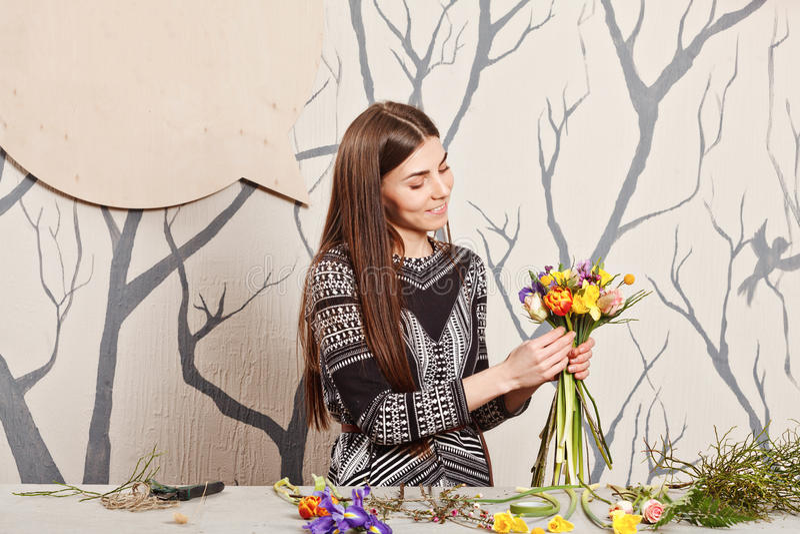 Όμορφος ανθοκόμος που κάνει την ανθοδέσμη από τα λουλούδια άνοιξη στοκ φωτογραφία με δικαίωμα ελεύθερης χρήσης