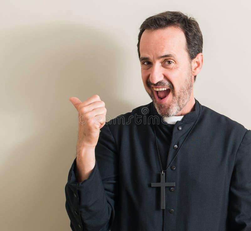 Όμορφος ανώτερος ιερέας στο σπίτι στοκ φωτογραφία