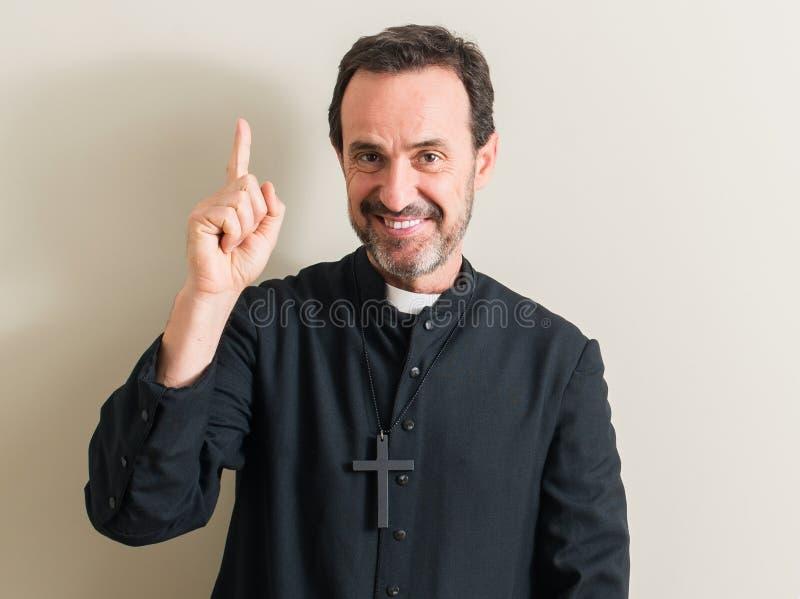 Όμορφος ανώτερος ιερέας στο σπίτι στοκ εικόνα με δικαίωμα ελεύθερης χρήσης