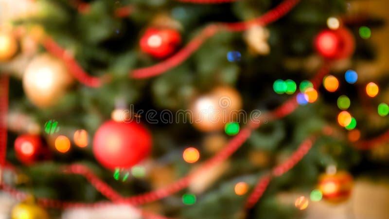 Όμορφος από το υπόβαθρο εστίασης με τα ζωηρόχρωμα φω'τα που καίγεται στο χριστουγεννιάτικο δέντρο στοκ φωτογραφία με δικαίωμα ελεύθερης χρήσης
