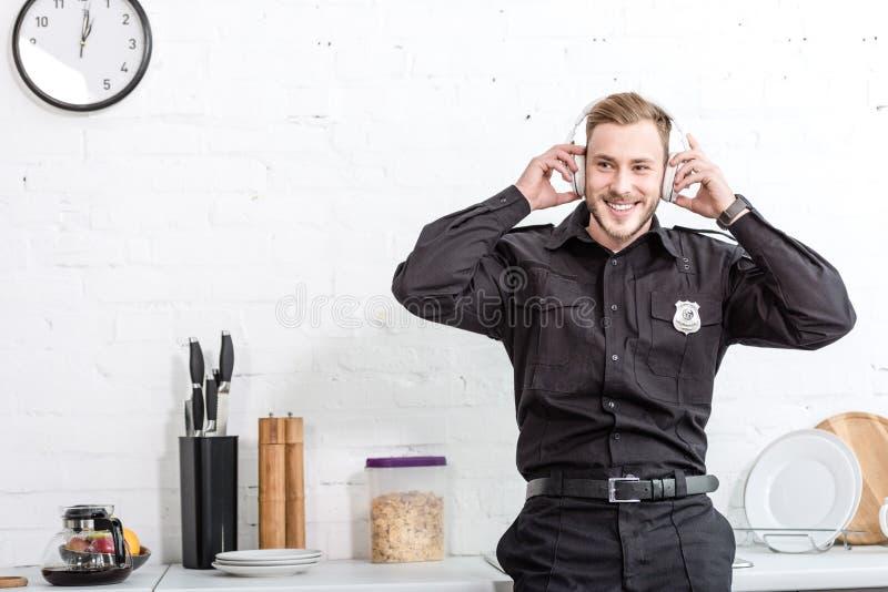 Όμορφος αστυνομικός που ακούει τη μουσική στοκ εικόνα