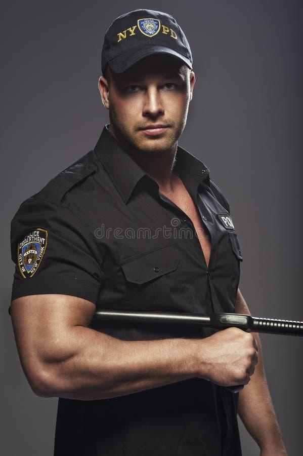 Όμορφος αστυνομικός bodybuilder που θέτει στοκ φωτογραφία