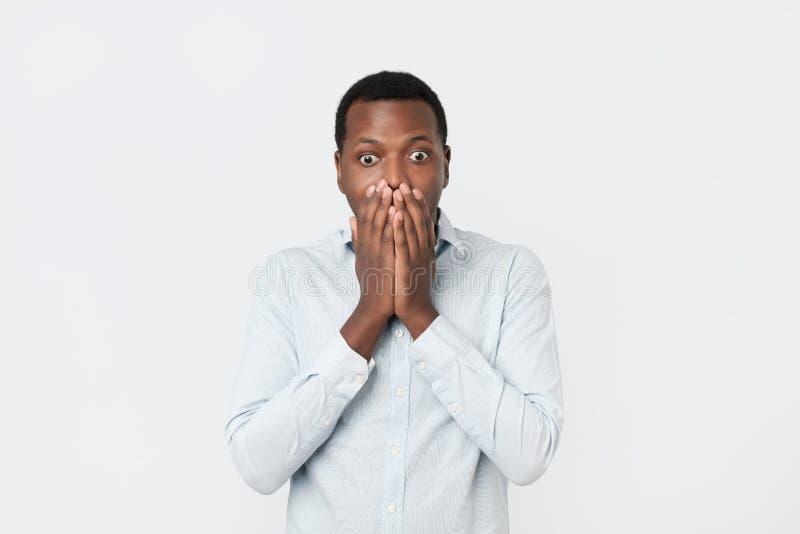 Όμορφος αφρικανικός μαύρος που καλύπτει το στόμα με το χέρι στοκ φωτογραφίες