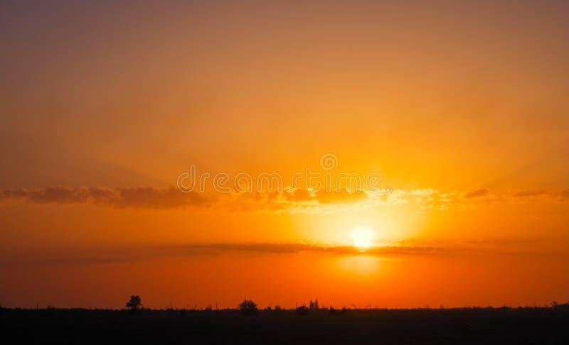Όμορφος βαθύς ζωηρόχρωμος ουρανός με τα σύννεφα στο ηλιοβασίλεμα στοκ εικόνες