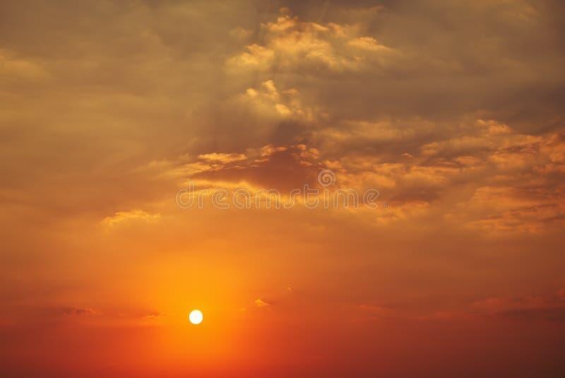 Όμορφος βαθύς ζωηρόχρωμος ουρανός με τα σύννεφα στο ηλιοβασίλεμα στοκ φωτογραφία με δικαίωμα ελεύθερης χρήσης