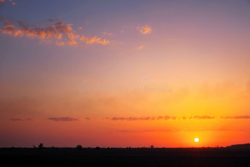 Όμορφος βαθύς ζωηρόχρωμος ουρανός με τα σύννεφα στο ηλιοβασίλεμα στοκ εικόνες με δικαίωμα ελεύθερης χρήσης