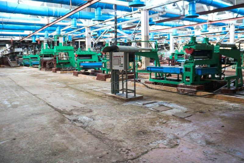 Όμορφος βιομηχανικός εξοπλισμός μετάλλων μιας γραμμής παραγωγής σε εγκαταστάσεις μηχανή-οικοδόμησης, ένας μεταφορέας με τις εργαλ στοκ φωτογραφίες με δικαίωμα ελεύθερης χρήσης
