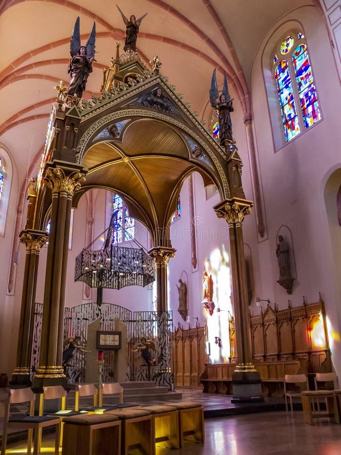 Όμορφος βωμός με το δισκοπότηρο, εσωτερική άποψη ιερών της 19ης εκκλησίας κοινοτήτων του ST Lawrence σε Diekirch στοκ εικόνες