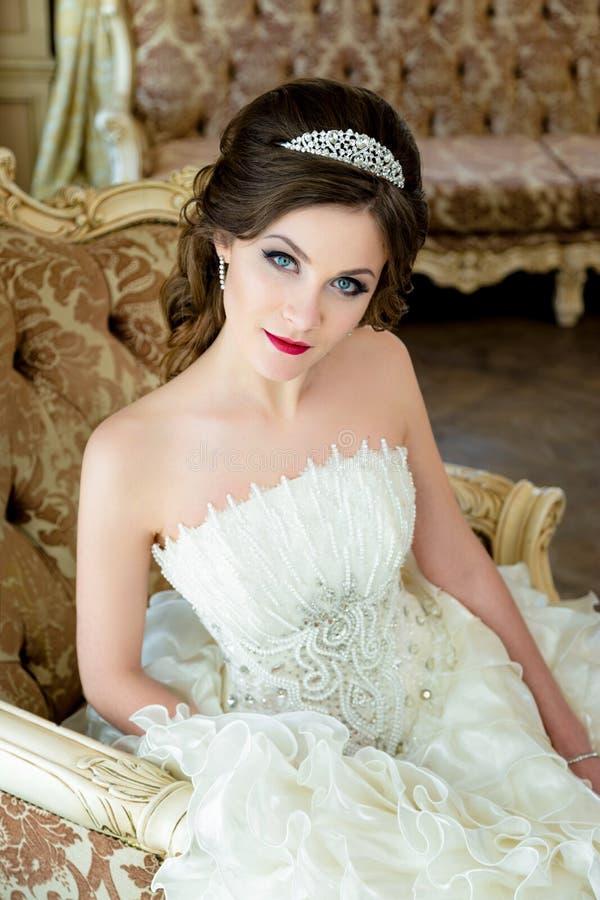 Όμορφος γάμος πορτρέτου νυφών brunette makeup και hairstyle με την κορώνα διαμαντιών στοκ φωτογραφία