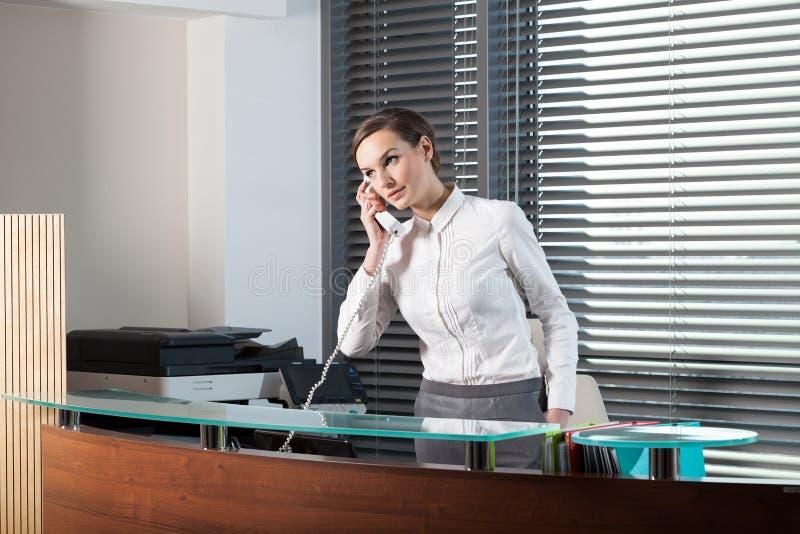 Όμορφος γραμματέας στο γραφείο στοκ εικόνα