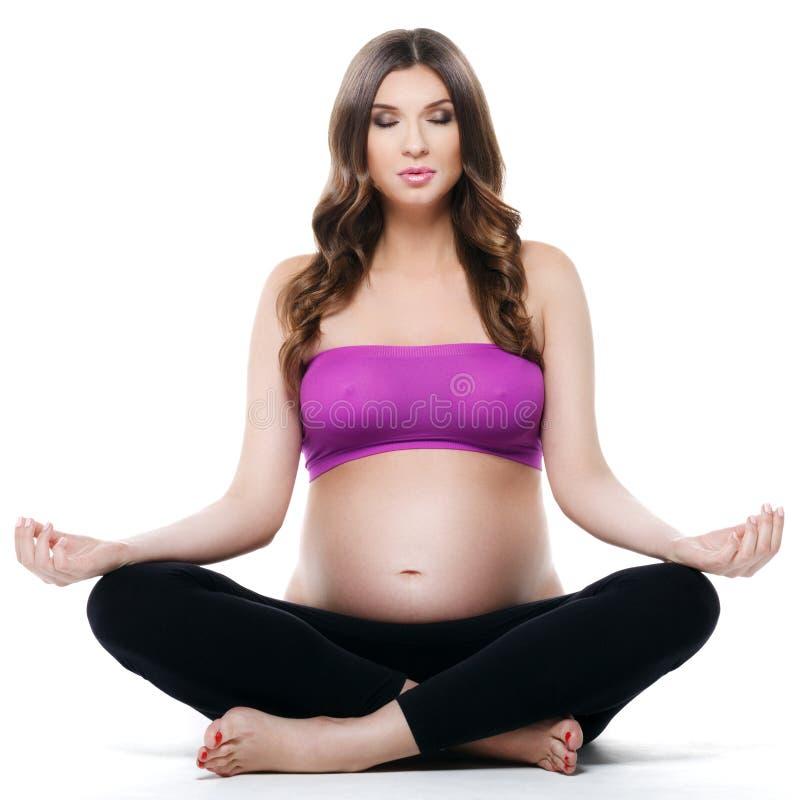 Όμορφος γυμναζόμενος γιόγκας εγκύων γυναικών στοκ εικόνα