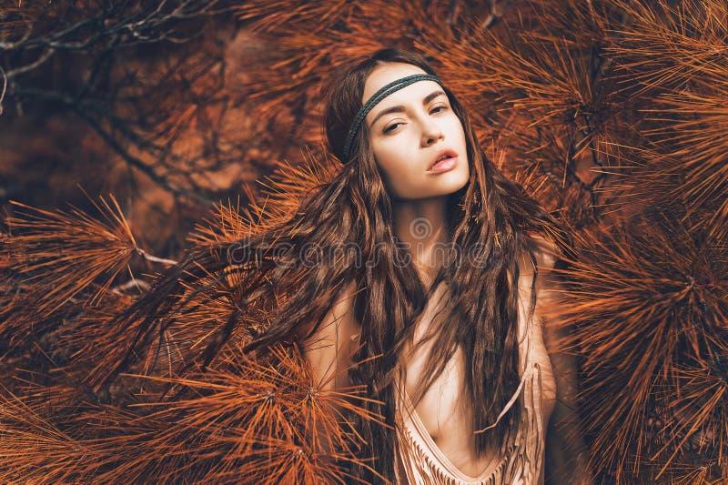 Όμορφος γυναικείος χίπης στο δάσος έλατου στοκ εικόνα με δικαίωμα ελεύθερης χρήσης