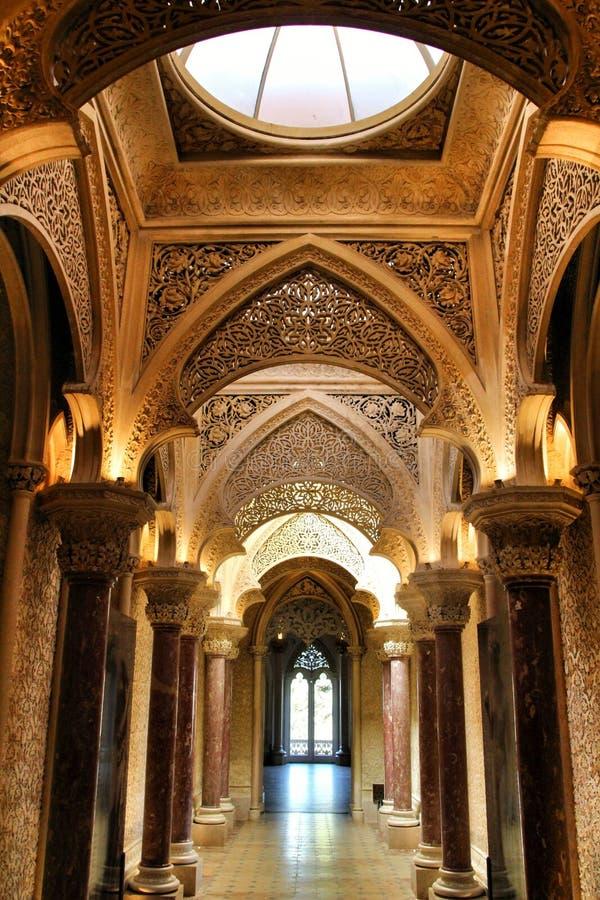 Όμορφος διάδρομος με τα archs και τους στυλοβάτες του παλατιού Monserrate σε Sintra στοκ φωτογραφία