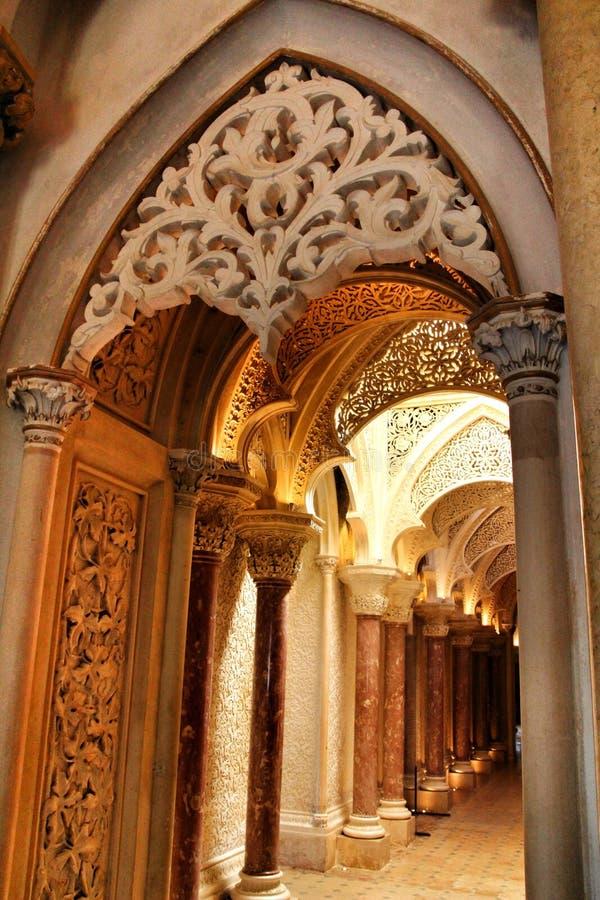 Όμορφος διάδρομος με τα archs και τους στυλοβάτες του παλατιού Monserrate σε Sintra στοκ εικόνα