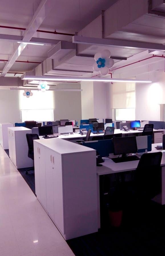 Όμορφος διακοσμημένος σταθμός εργασίας μιας επιχείρησης τεχνολογίας πληροφοριών στοκ φωτογραφία