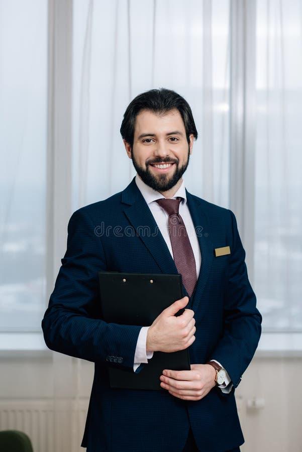 όμορφος διοικητής ξενοδοχείων με το κοίταγμα περιοχών αποκομμάτων στοκ εικόνες με δικαίωμα ελεύθερης χρήσης