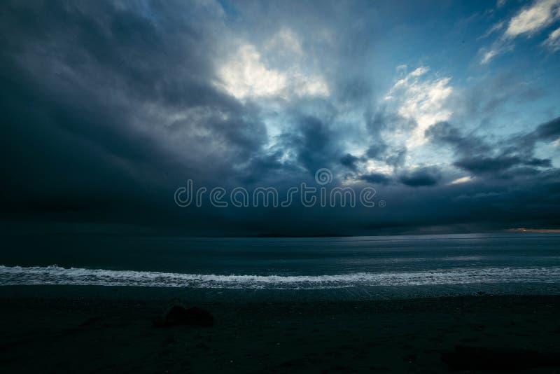 Όμορφος δραματικός πυροβολισμός της ακτής του ωκεανού με το συναρπαστικό ουρανό στοκ εικόνα