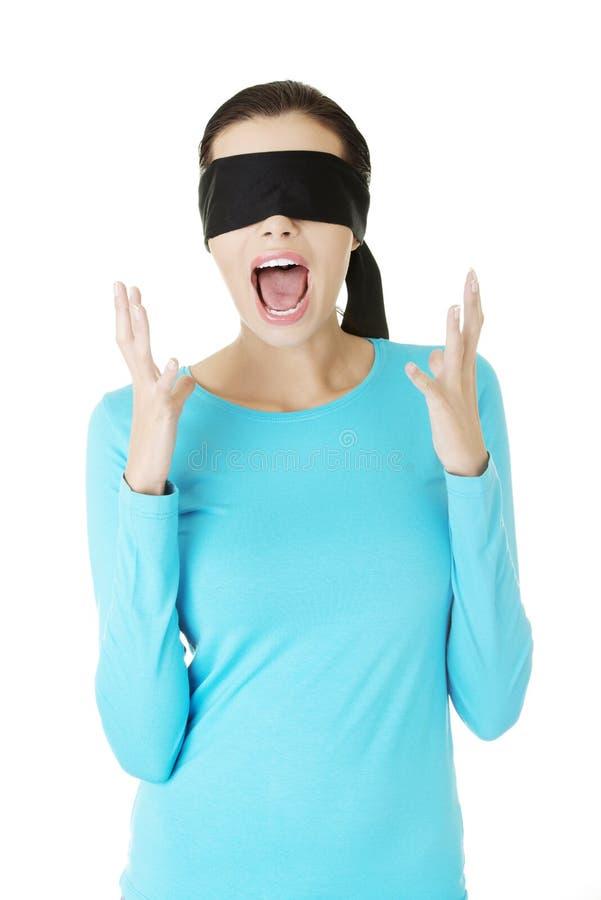 Όμορφος εκφοβίστε τη νέα κραυγή γυναικών blindfold στοκ εικόνα