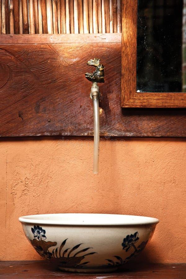 Όμορφος εκλεκτής ποιότητας κεραμικός νεροχύτης τουαλετών σε βόρειο της Ταϊλάνδης στοκ εικόνα με δικαίωμα ελεύθερης χρήσης