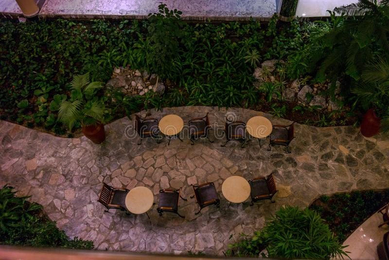 Όμορφος εναέριος πυροβολισμός ενός εσωτερικού σχεδίου για τους πίνακες καφέδων σε ένα ξενοδοχείο στοκ εικόνες με δικαίωμα ελεύθερης χρήσης