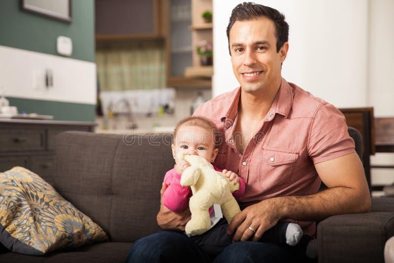 Όμορφος ενιαίος πατέρας και το κοριτσάκι του στοκ φωτογραφία
