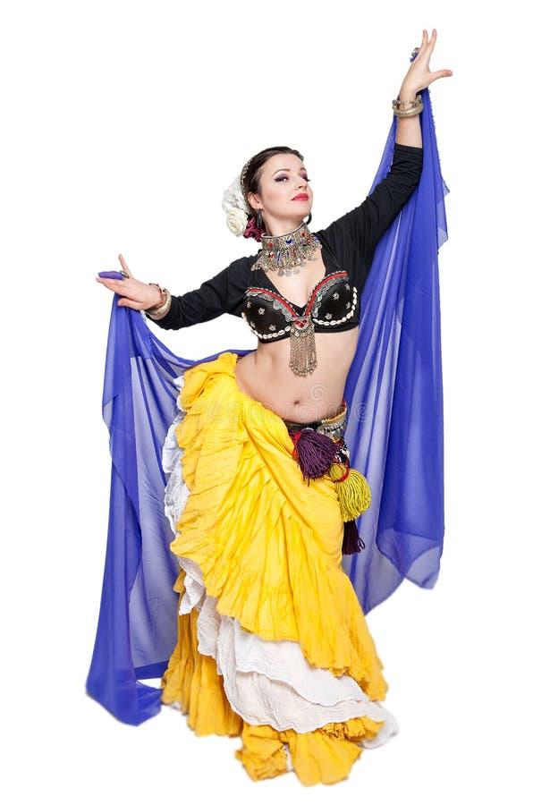 Όμορφος εξωτικός φυλετικός χορευτής κοιλιών με την μπλε γυναίκα μαντίλι στοκ εικόνες