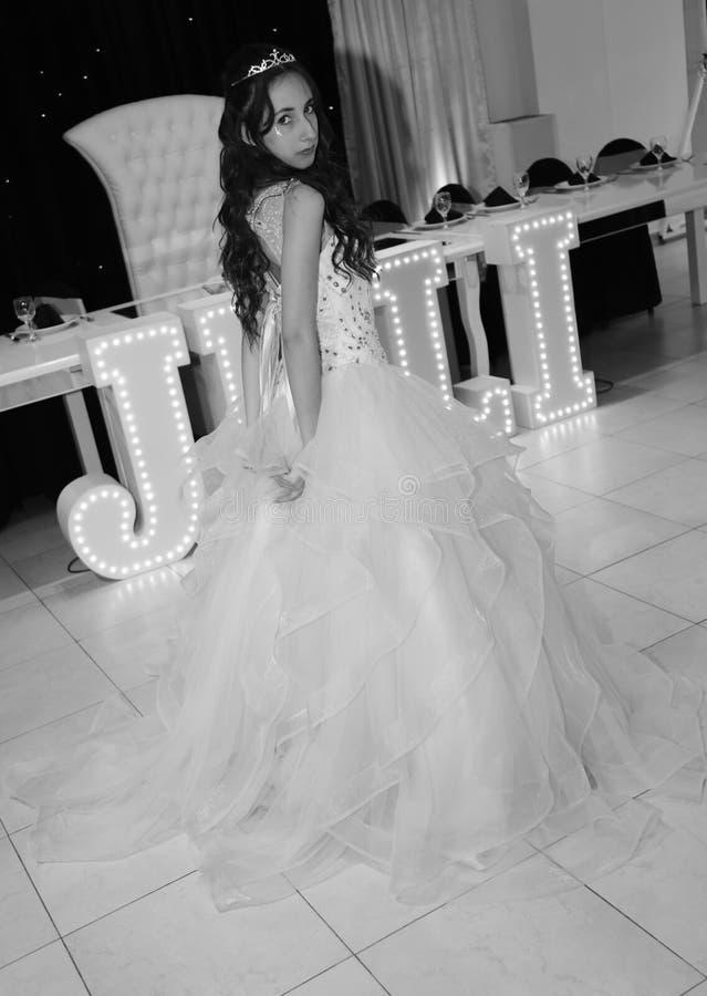 Όμορφος εορτασμός κοριτσιών γενεθλίων quinceanera εφήβων στο ρόδινο κόμμα φορεμάτων πριγκηπισσών, ειδικός εορτασμός του κοριτσιού στοκ φωτογραφίες με δικαίωμα ελεύθερης χρήσης