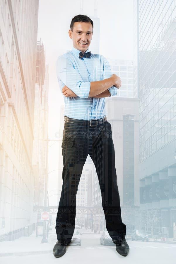 Όμορφος επιτυχής επιχειρηματίας που αισθάνεται βέβαιος στοκ φωτογραφία με δικαίωμα ελεύθερης χρήσης