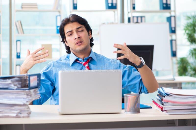 Όμορφος επιχειρηματίας δυστυχισμένος με την υπερβολική εργασία στο γραφείο στοκ εικόνες με δικαίωμα ελεύθερης χρήσης
