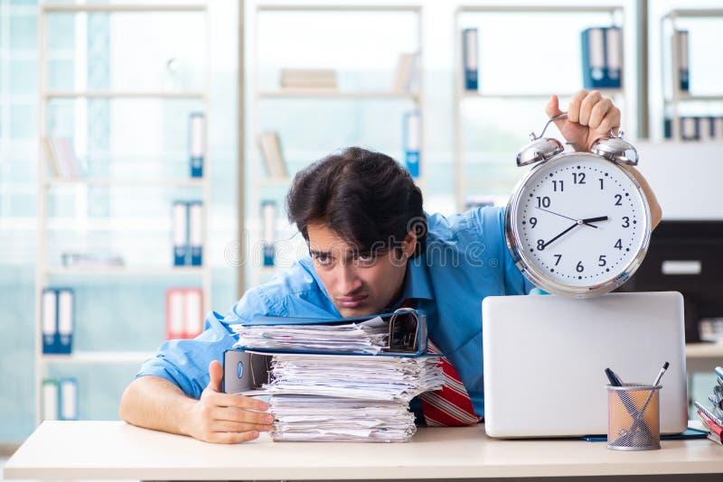 Όμορφος επιχειρηματίας δυστυχισμένος με την υπερβολική εργασία στο γραφείο στοκ φωτογραφίες