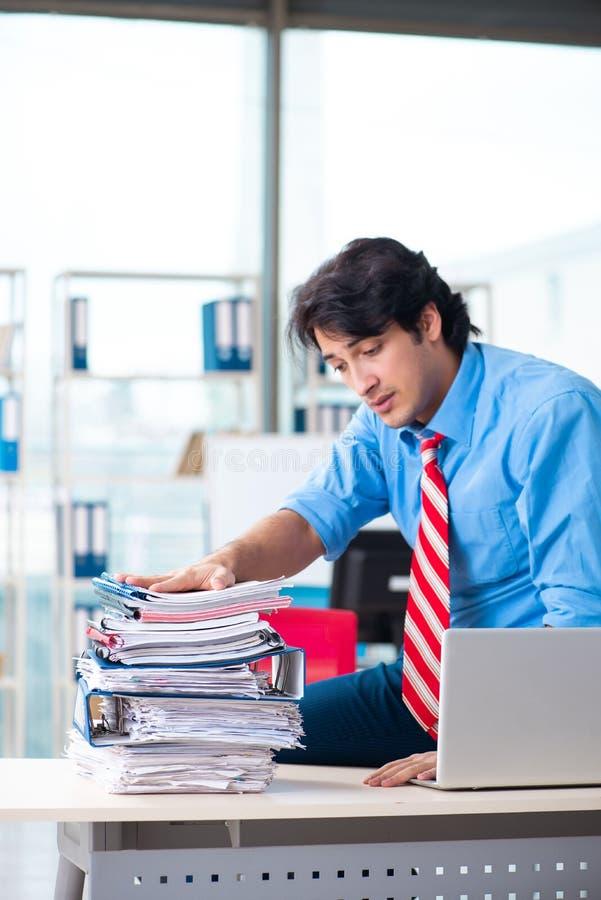 Όμορφος επιχειρηματίας δυστυχισμένος με την υπερβολική εργασία στο γραφείο στοκ εικόνα με δικαίωμα ελεύθερης χρήσης