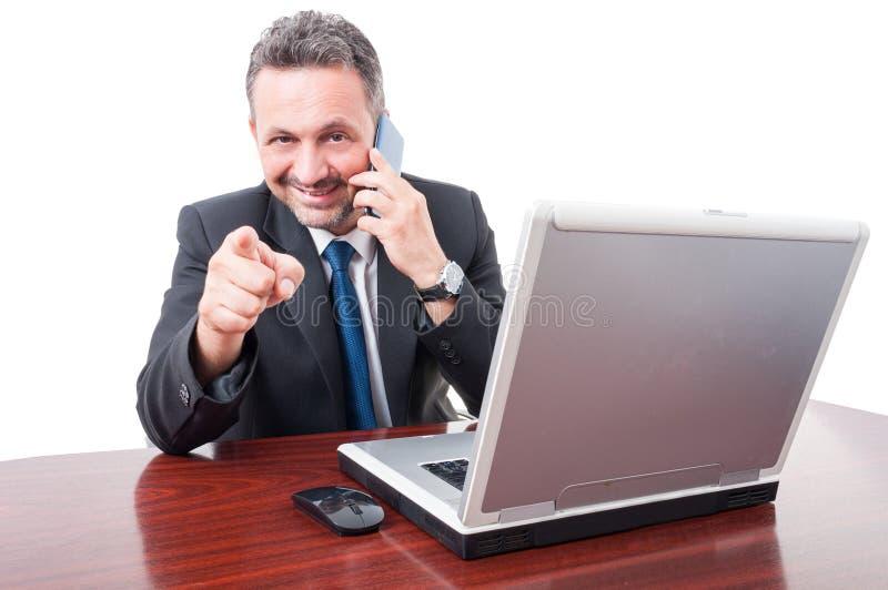 Όμορφος επιχειρηματίας με το smartphone που δείχνει σας στοκ φωτογραφία
