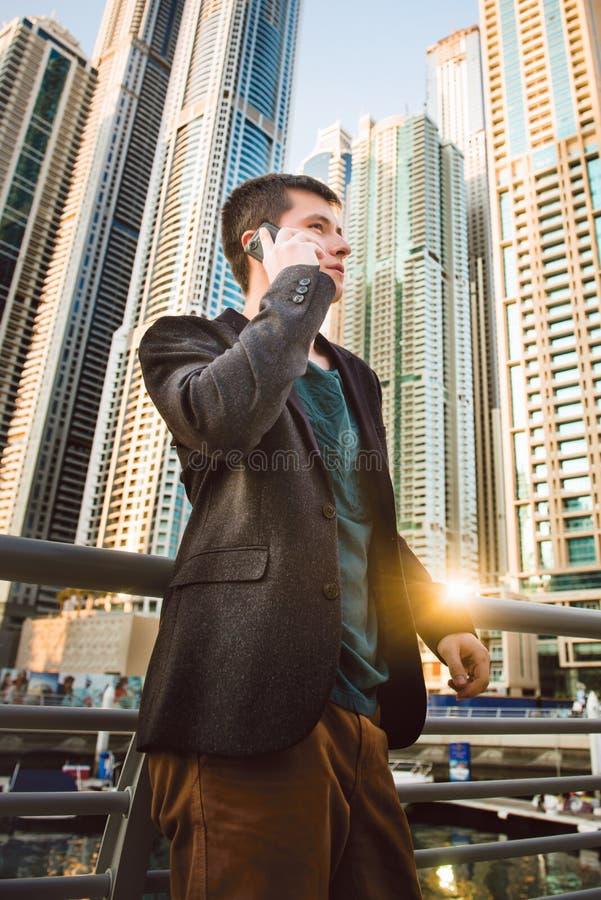 Όμορφος επιχειρηματίας που μιλά με κινητό τηλέφωνο στοκ εικόνες
