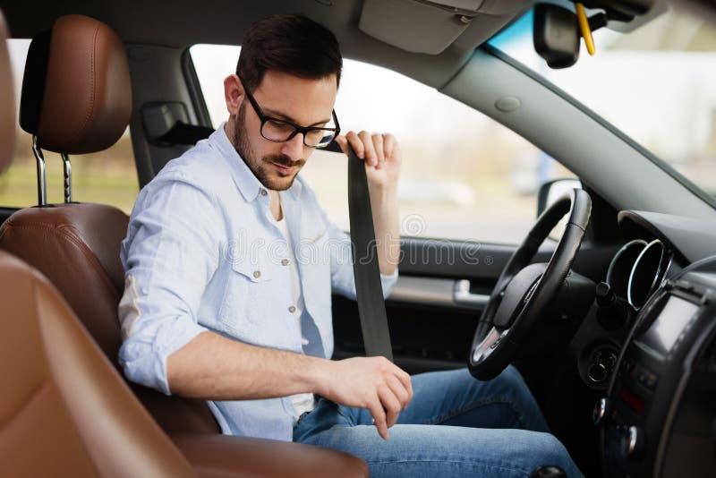 Όμορφος επιχειρηματίας που οδηγεί ένα αυτοκίνητο για να εργαστεί στοκ φωτογραφίες