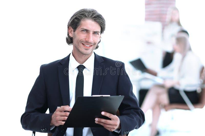 Όμορφος επιχειρηματίας που υπογράφει μια συνεδρίαση εγγράφου εργασίας στο γραφείο στοκ εικόνες