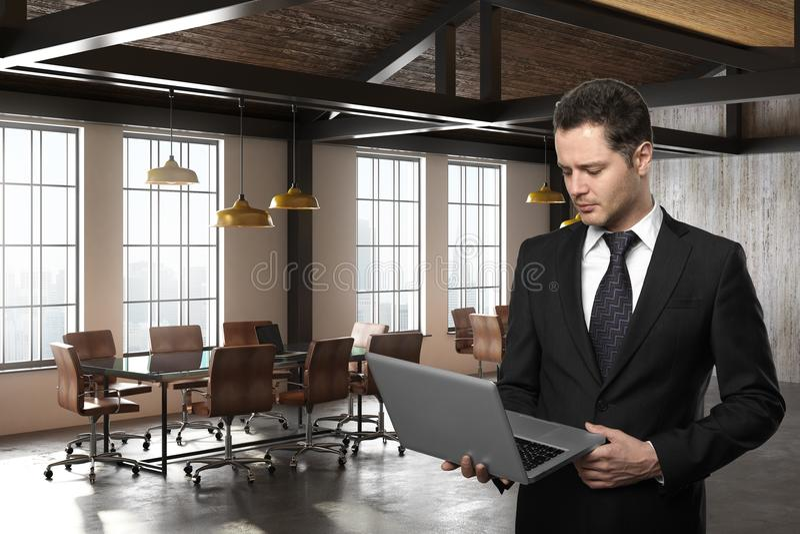 Όμορφος επιχειρηματίας που χρησιμοποιεί το lap-top στην αίθουσα συνεδριάσεων διανυσματική απεικόνιση