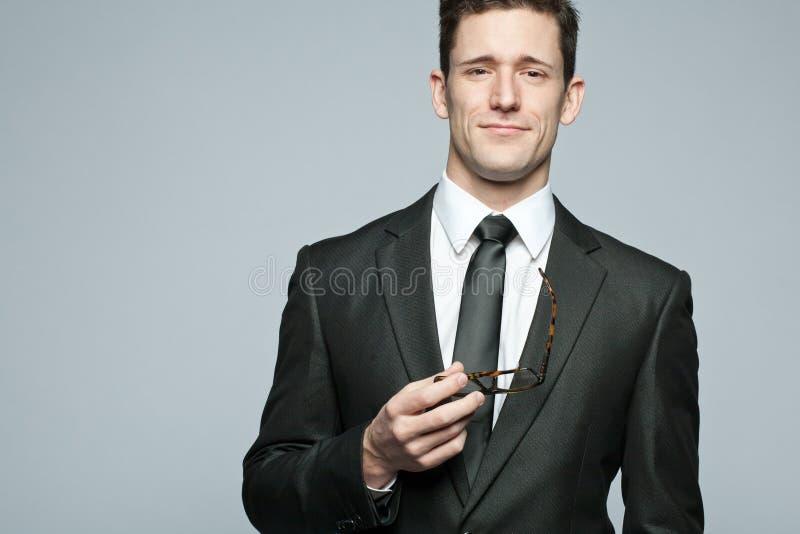 Όμορφος επιχειρηματίας στο μαύρο κοστούμι. στοκ εικόνες