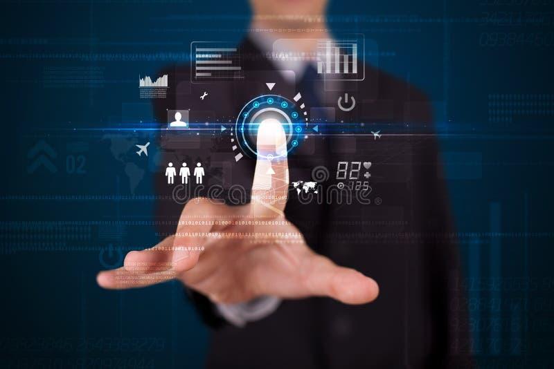 Όμορφος επιχειρηματίας σχετικά με τα μελλοντικά κουμπιά τεχνολογίας Ιστού και