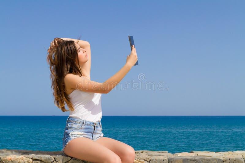 Όμορφος εφηβικός έφηβος brunette στα σορτς Jean στοκ εικόνα