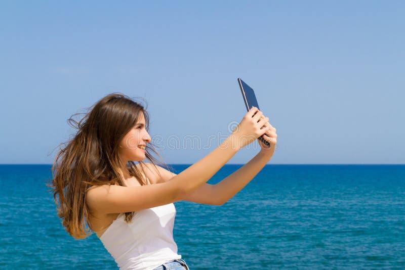 Όμορφος εφηβικός έφηβος brunette στα σορτς Jean στοκ εικόνες με δικαίωμα ελεύθερης χρήσης