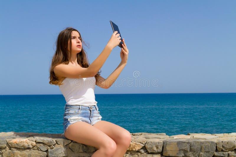 Όμορφος εφηβικός έφηβος brunette στα σορτς Jean στοκ φωτογραφία