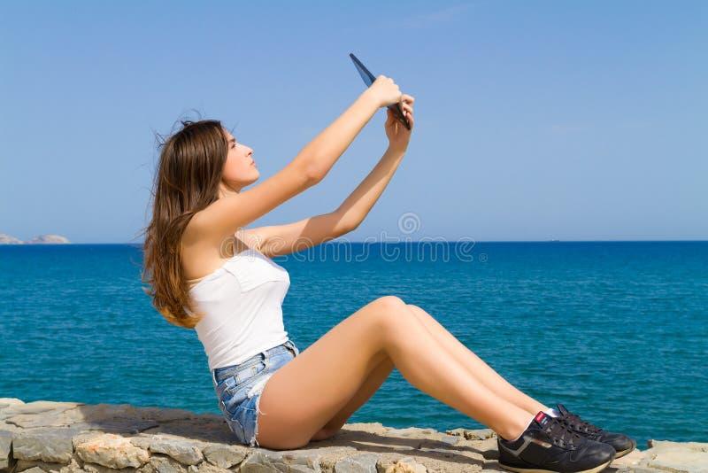 Όμορφος εφηβικός έφηβος brunette στα σορτς Jean στοκ φωτογραφία με δικαίωμα ελεύθερης χρήσης
