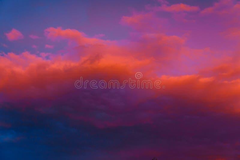Όμορφος ζωηρόχρωμος δραματικός ουρανός στο ηλιοβασίλεμα Σύννεφα σωρειτών το βράδυ Φωτεινό μπλε ιώδες πορτοκαλί υπόβαθρο στοκ εικόνα