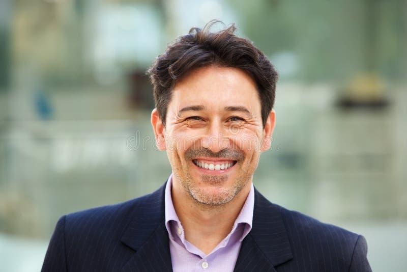 Όμορφος ηληκιωμένος στο κοστούμι με το μεγάλο χαμόγελο στο πρόσωπό του στοκ φωτογραφίες με δικαίωμα ελεύθερης χρήσης