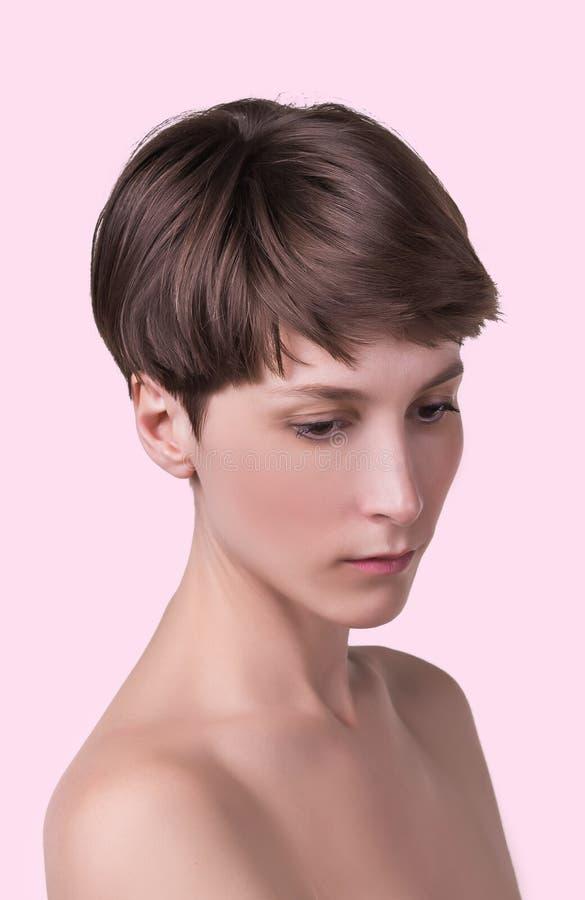 Όμορφος θηλυκός στενός επάνω προσώπου πορτρέτο του νέου προτύπου στο στούντιο στο λευκό στοκ εικόνες